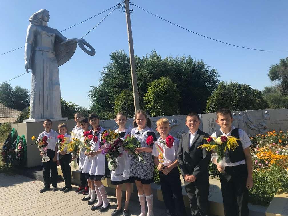 В Верхнемакеевской школе провели акцию «Цветы Памяти»