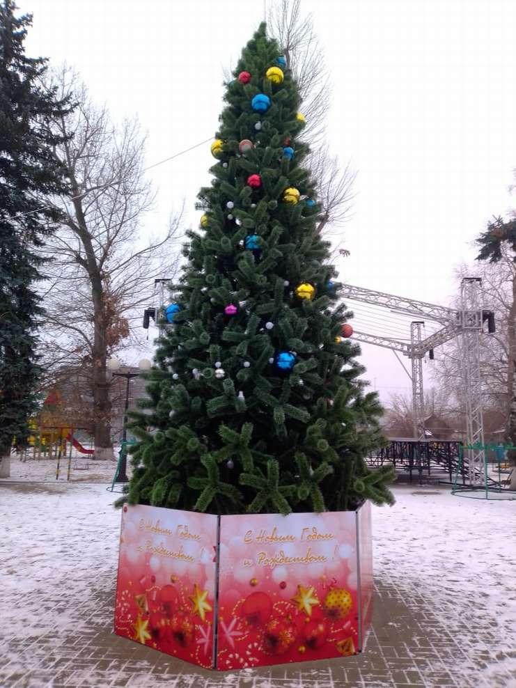 В центре слободы Кашары установили новогоднюю красавицу