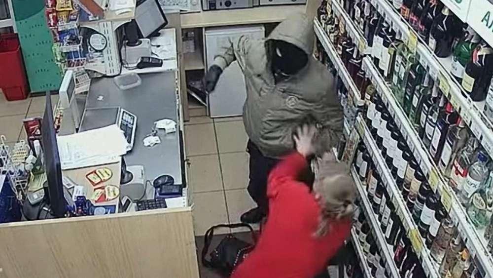 Мужчина напал с ножом на охранников супермаркета в центре Ростова