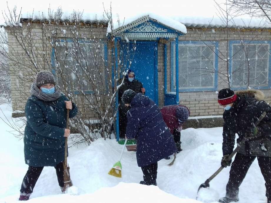 Вяжинские соцработники вышли на борьбу со снежными заносами