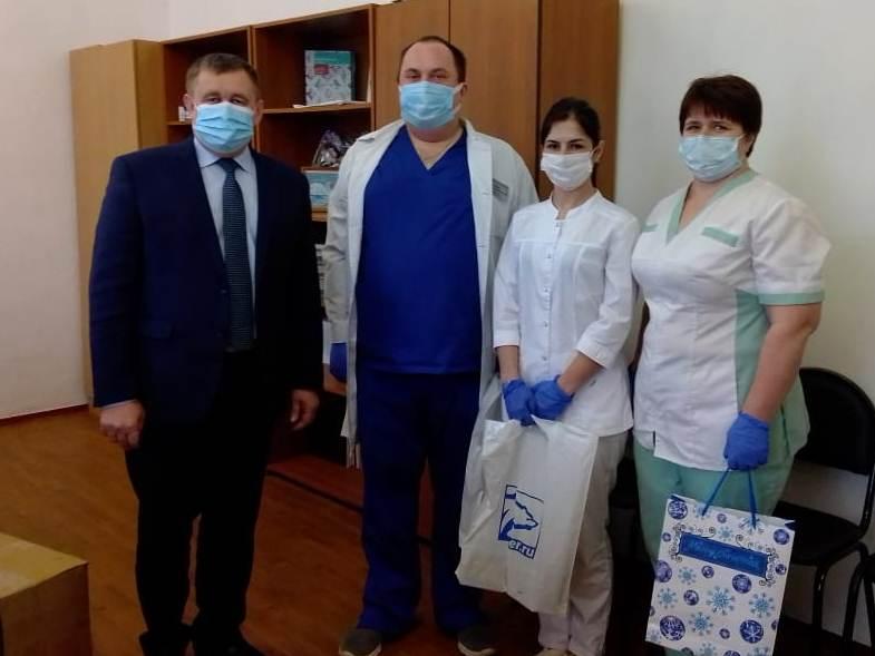 СИЗы, фрукты и чайные наборы привезли волонтеры медикам в Кашарский район