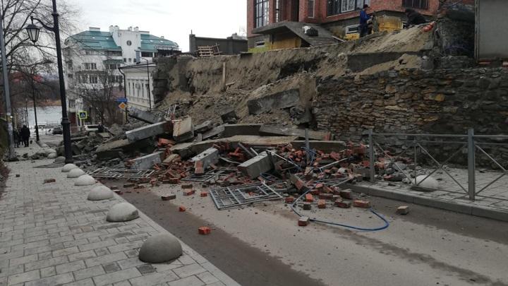 В центре Донской столицы на дорогу рухнула стена