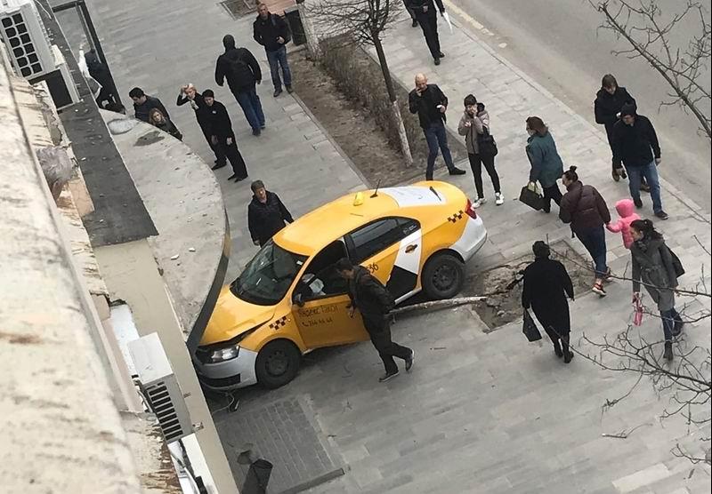 Таксист в центре Ростова сбил женщину и въехал в магазин