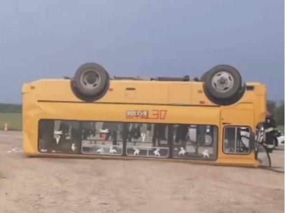 Школьный автобус с детьми перевернулся на Кубани