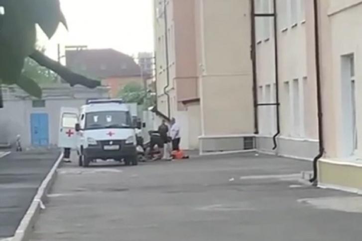 В донской столице мальчик чудом остался жив, выпав из окна школы