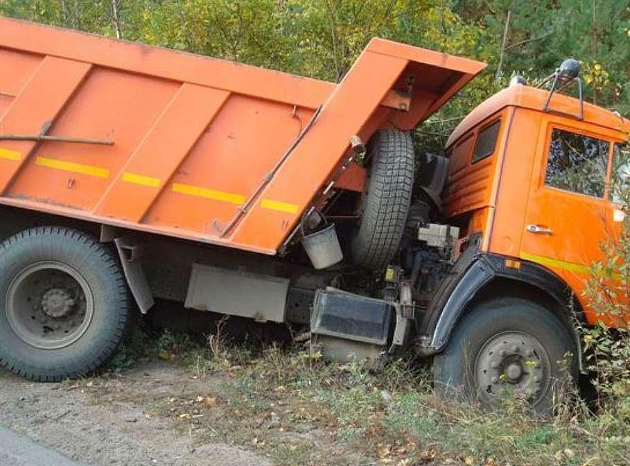 На трассе Миллерово-Вешенская водитель КамАЗа не справился с управлением и съехал в кювет