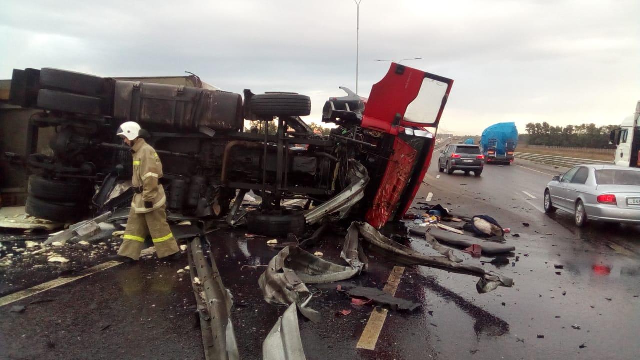 На автодороге М-4 ДОН перевернулся грузовой автомобиль, на месте работают областные спасатели