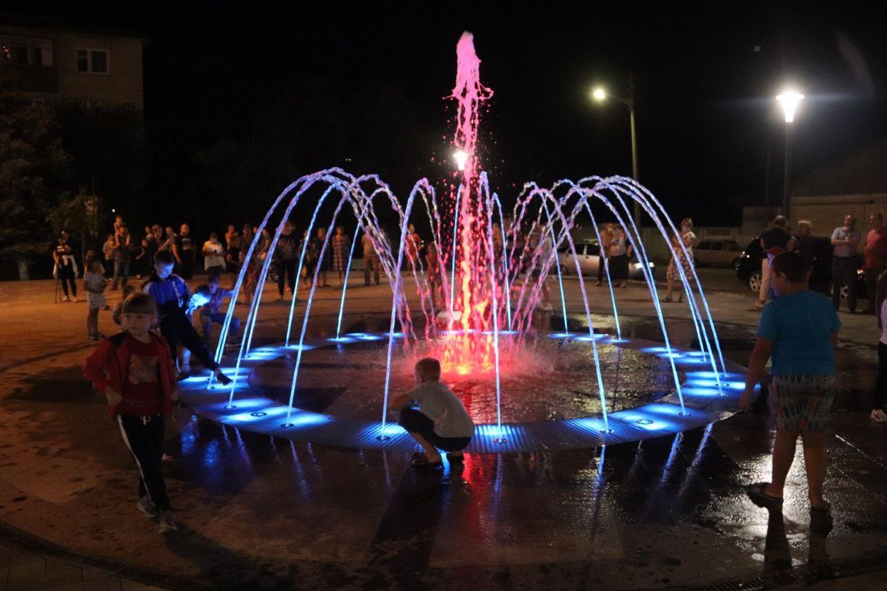 В Вёшенской появился пешеходный светомузыкальный фонтан