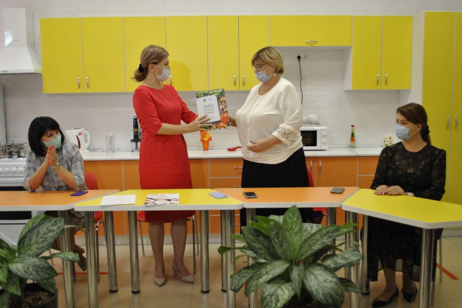 Книгу рецептов здорового питания для школьников выпустили на Дону