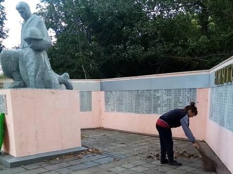 Отдавая дань памяти: соцработники ОСО №1 навели порядок на памятнике воинам ВОВ