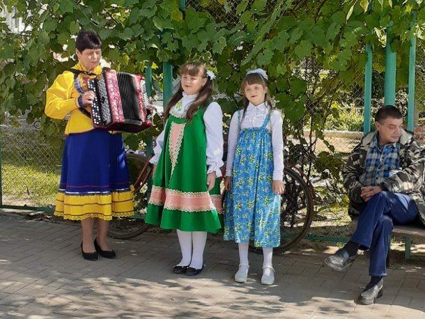 Примите пожелания добра: в Верхнесвечниково культработники организовали концертную программу